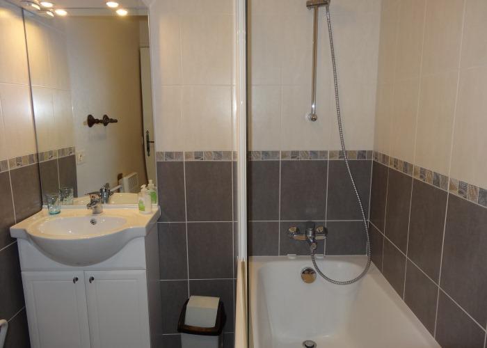 Gîte le Fuchsia 04 - Salle de bain avec baignoire