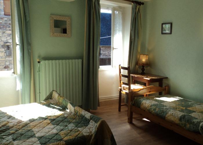 Le Bas du Vey - Une chambre avec lit double et lit simple